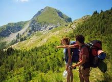 Backpackers в горах Стоковое Изображение RF