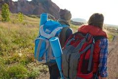 Backpackers в горах Стоковые Изображения RF