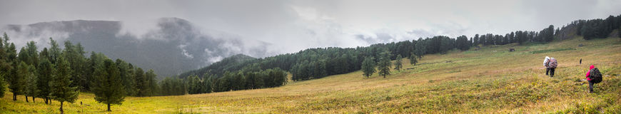 Backpackers в горах Altai, Россия Стоковая Фотография