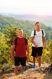 2 backpackers в горе лета Стоковые Изображения