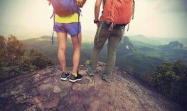 Backpackers на верхней части горы наслаждаются взглядом Стоковое Изображение