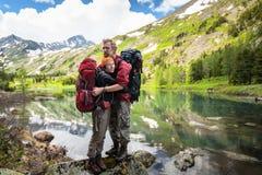 Backpackers отдыхают пока пеший туризм в горах Стоковое Изображение RF