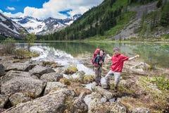 Backpackers отдыхают пока пеший туризм в горах Стоковые Фотографии RF