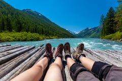 Backpackers отдыхают в зеленых гористых местностях гор Altai Стоковая Фотография RF