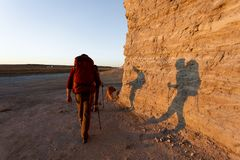 Backpackers пар путешествуя совместно в Канзасе Стоковые Изображения