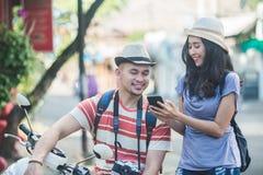 2 backpackers с шляпой лета видя результат их фото стоковое изображение rf