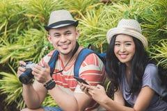 2 backpackers с шляпой лета усмехаясь к камере стоковые изображения rf