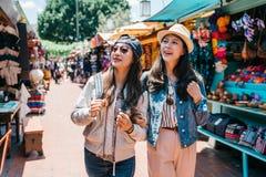 Backpackers die in de Mexicaanse straat winkelen stock foto