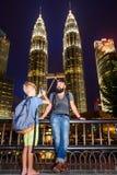 Backpackers in een grote stad Vader en zoon samen gelukkig en voor de reis die van Maleisië wordt opgewekt Het hebben van pret, d royalty-vrije stock afbeeldingen