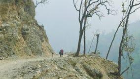 Backpackers met gidsgang op Manaslu-trek van de bergkring in Nepal stock video
