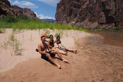 Backpackers odpoczywa Kolorado rzeką w Grand Canyon obraz stock