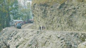 Backpackers op de alpiene weg op Manaslu-trek van de bergkring in Nepal stock videobeelden