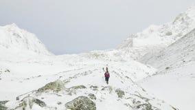 Backpackers op Larke-Pas in Nepal, 5100m hoogte Trek van de Manaslukring gebied stock videobeelden