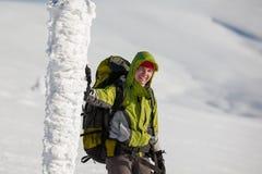 Backpackervrouw het stellen in bergen Stock Afbeeldingen