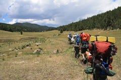 Backpacking πέρα από ένα λιβάδι στο Νέο Μεξικό Στοκ Φωτογραφίες