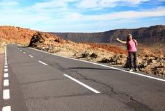 Backpacking/che fa auto-stop della donna su Teide, Tenerife Fotografia Stock Libera da Diritti