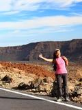 Backpacking/che fa auto-stop della ragazza su Teide, Tenerife Fotografie Stock