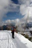 Backpacking di inverno della gente Immagini Stock