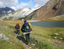 backpacking russet γυναίκα ανδρών λιμνών στοκ φωτογραφία με δικαίωμα ελεύθερης χρήσης
