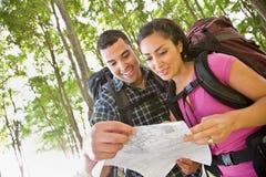 backpacks соединяют смотреть карту стоковая фотография