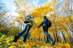 backpacks соединяют счастливых детенышей парка стоковые фотографии rf
