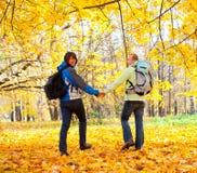 backpacks соединяют счастливых детенышей парка стоковое изображение