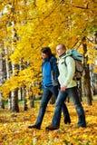 backpacks соединяют счастливых детенышей парка стоковое фото rf