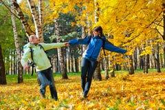 backpacks соединяют счастливых детенышей парка стоковая фотография rf