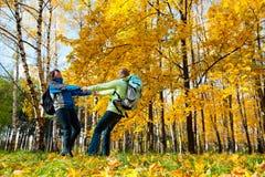 backpacks соединяют счастливых детенышей парка стоковая фотография