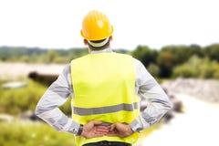 Backpain de sofrimento ferido do trabalhador da construção ou do coordenador foto de stock royalty free