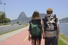 Backpakers идя через Рио-де-Жанейро. Стоковое Изображение