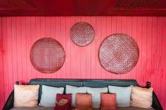 Backrest och röd prydnad. Royaltyfri Fotografi