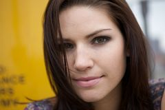 backround νεβρικό κορίτσι κίτρινο Στοκ φωτογραφίες με δικαίωμα ελεύθερης χρήσης