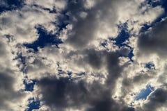 Backround abstrato de nuvens de cúmulo dramáticas Fotos de Stock Royalty Free