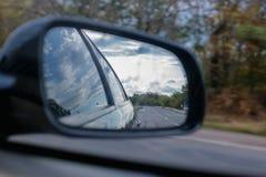 Backspegel av bilen arkivfoto