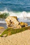 Backspray cresting fala z backwash piany łamaniem na piaskowatej linii brzegowej obrazy royalty free