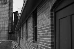Backsteinbau außen in Schwarzweiss Stockfotos