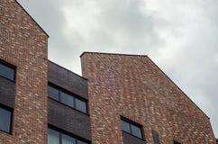 Backsteinbau auf den Himmelwolken Stockbild