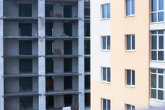 Backsteinbau nahe dem Neubau Lizenzfreies Stockbild