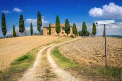 Backsteinhaus in der Landschaft von Toskana, Italien Der Weg, der zu das Haus führt Landwirtschaftliche Landschaft Lizenzfreie Stockbilder