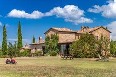 Backsteinhaus in der Landschaft von Toskana, Italien Landwirtschaftliche Landschaft Lizenzfreie Stockfotografie