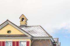 Backsteinhaus-Hauptaußenziegeldach lizenzfreie stockbilder
