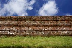 Backsteinmauer über blauem Himmel Lizenzfreies Stockfoto