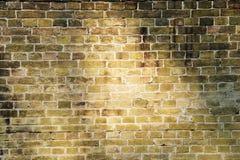 Backsteinmauer beleuchtete Sonnelichtstrahlen Lizenzfreies Stockbild