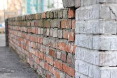 Backsteinmauer des alten roten Backsteins Beschaffenheit des Steins und des Zementes Alter Lack lizenzfreie stockfotos