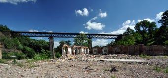 Backsteinmauer des demolierten Gebäudes unter der Brücke Stockbild
