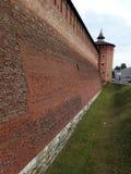 Backsteinmauer des Kolomna der Kreml im Sommer Lizenzfreie Stockfotografie