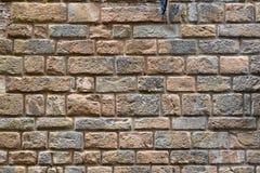 Backsteinmauer eines alten Hauses auf der Straße in Florenz Stockfoto