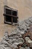 Backsteinmauer eingelaufen Hintergrund Lizenzfreie Stockfotos