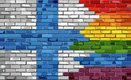 Backsteinmauer Finnland und homosexuelle Flaggen Stockfotos